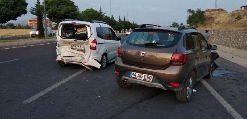 Elazığ'da hafif ticari araçlar çarpıştı: 8 yaralı
