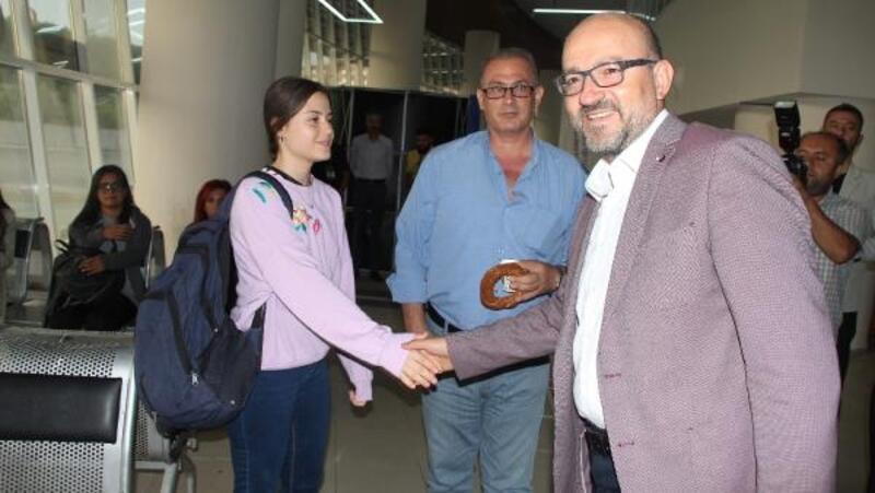 Burdur'a gelen üniversite öğrencilerini rektör otogarda karşıladı