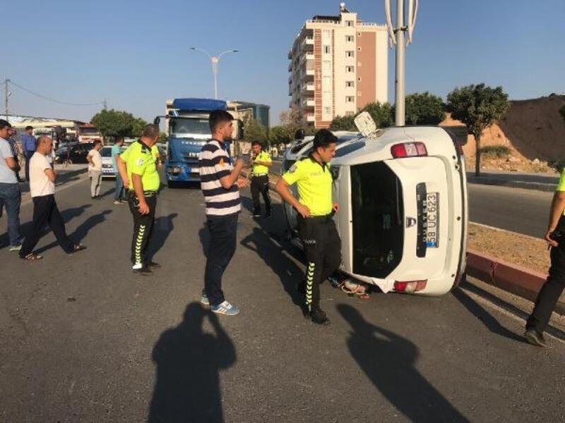 Kamyonetle hafif ticari araç çarpıştı: 2 yaralı