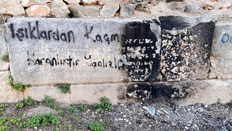 Bursa'da tarihi surdaki 2 bin yıllık kitabeye çirkin saldırı