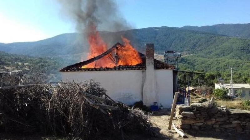Tek katlı ev alev alev yandı