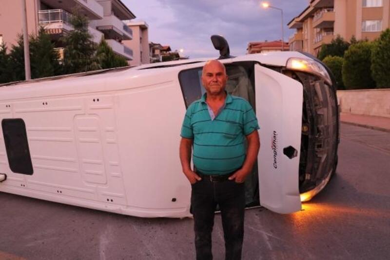 Otomobil ile çarpışan işçi servisi devrildi: 4 yaralı