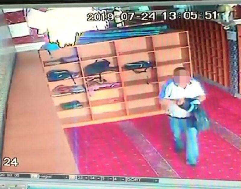 Sultangazi'de camiden ayakkabı hırsızlığı kamerada