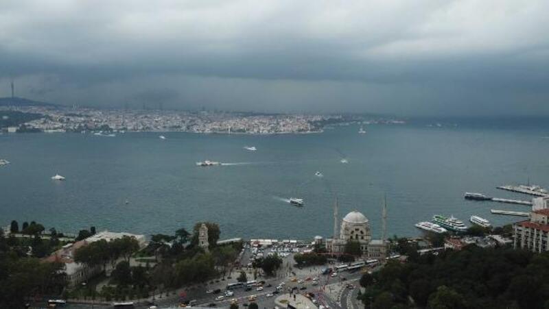 İstanbul Boğazı'nın üstünü saran karabulutlar drone ile fotoğraflandı