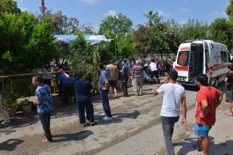 Adana'da silahlı saldırı; kahvedeki 2 kişi ile motosikletliyi öldürdü