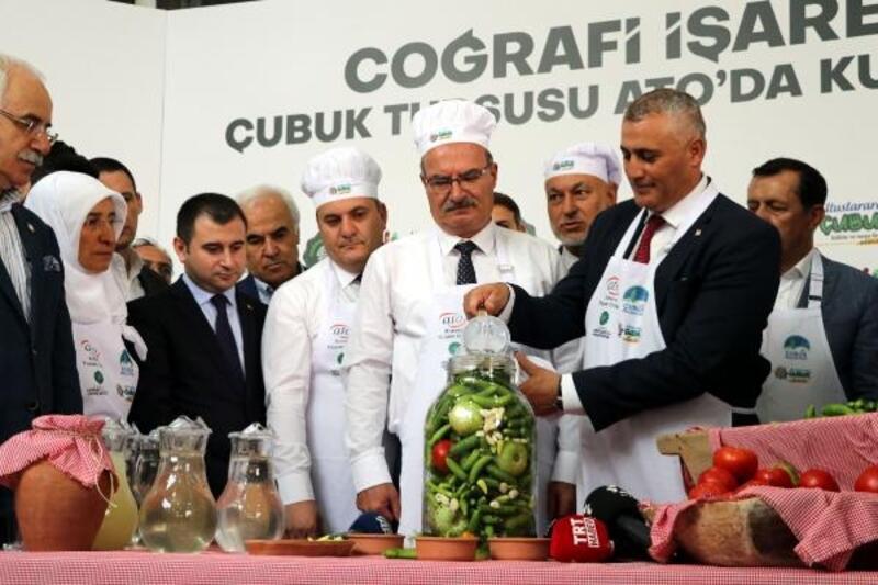 KKTC Maliye Bakanı Amcaoğlu, mutfak önlüğü giyip turşu kurdu