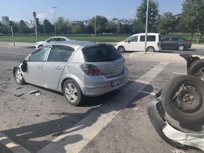 Pendik'te takla atan ticari araç otomobilin üzerine düştü: 2 yaralı