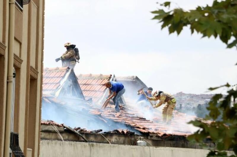 Beyoğlu'nda, izolasyon çalışması yapılan çatıda yangın