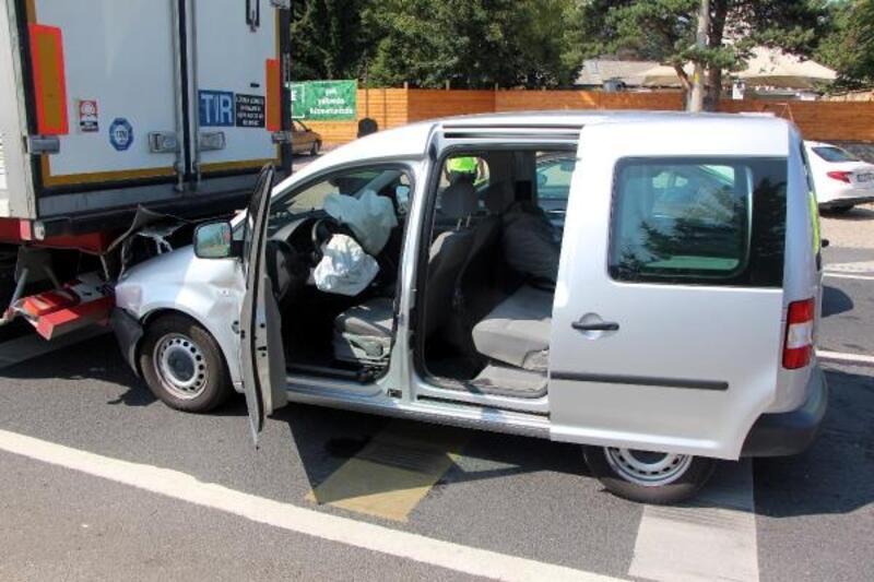 TIR'a çarpan hafif ticari aracın sürücüsü yaralandı