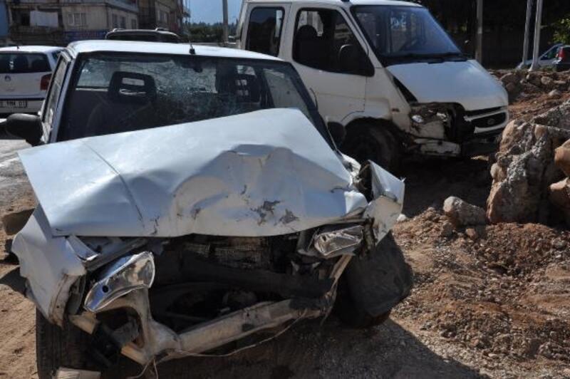 Gaziantep'te kamyonet ile çarpışan otomobildeki 4 kişi yaralandı
