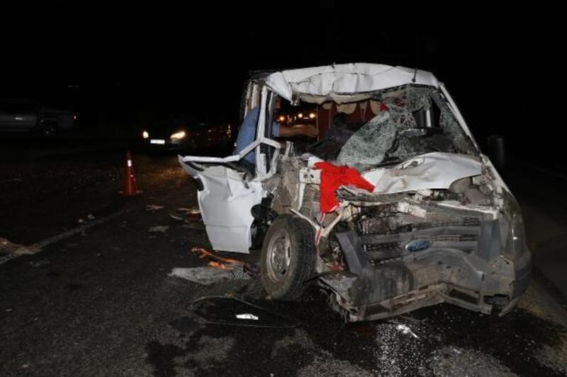 Düğünden dönenlerin bulunduğu minibüs, kamyona çarptı: 8 yaralı