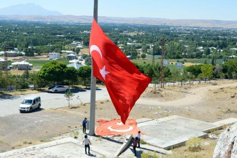 İlçe girişindeki dev Türk bayrağını 7 yıldır kendisi yeniliyor