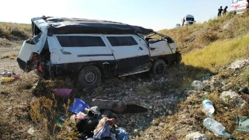 Minibüs, şarampole yuvarlandı: 3'ü çocuk 5 yaralı