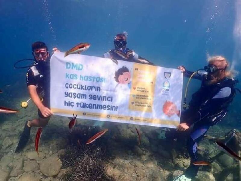 Dalgıçlar su altında DMD'li çocuklara destek istedi