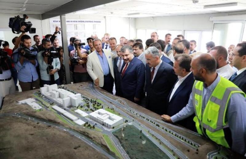 Bakan Koca ve Binali Yıldırım, şehir hastanesinin inşaatında incelemelerde bulundu