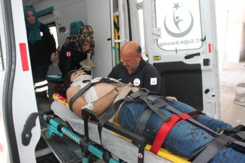 Otomobil, TIR'a çarptı: aynı aileden 5 kişi yaralandı