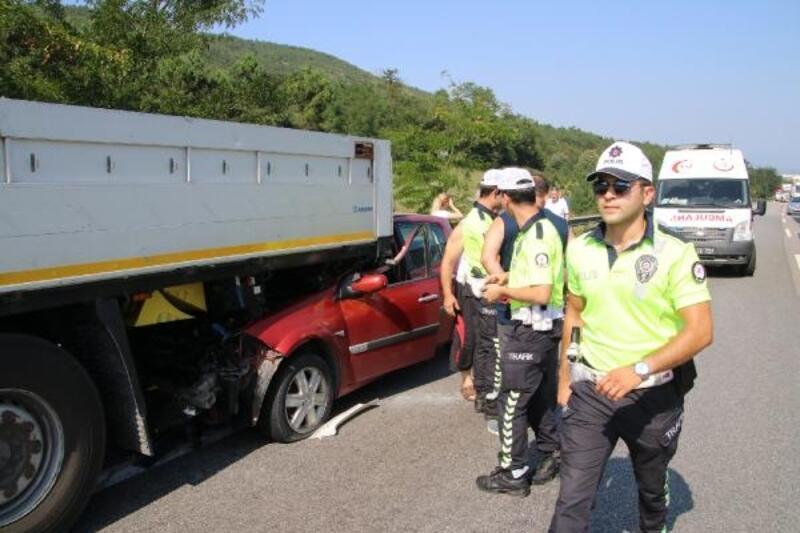 TEM yolunda otomobil TIR'ın altına girdi: 4 yaralı