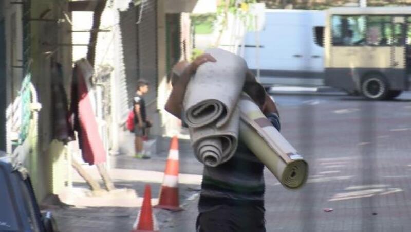 Bağcılar'daki bina sakinleri eşyalarını topluyor