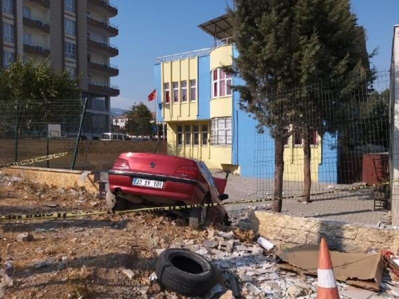 Otomobil okul duvarına çarptı: 2 yaralı