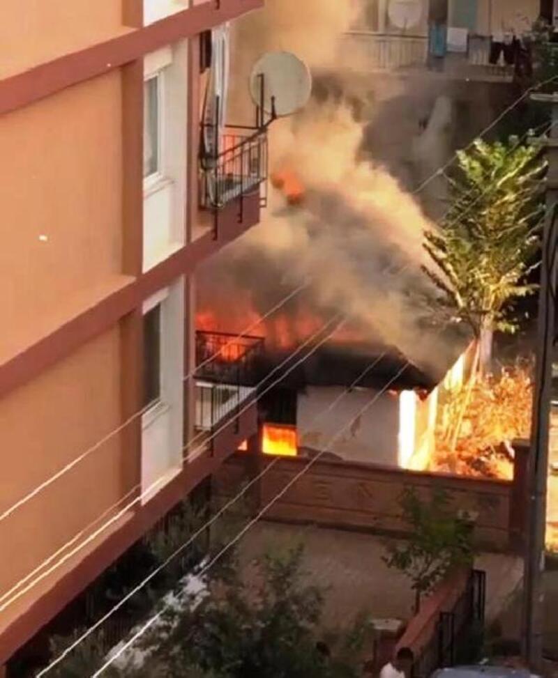 Yangın çıkan gecekondu çöktü