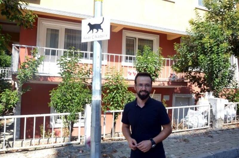 Avcılar'da sürücüler için 'Kedi Çıkabilir' tabelaları astılar