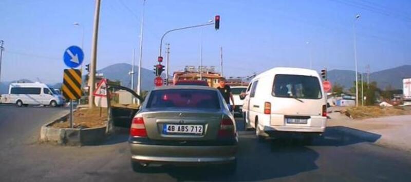 Satırlı trafik magandası