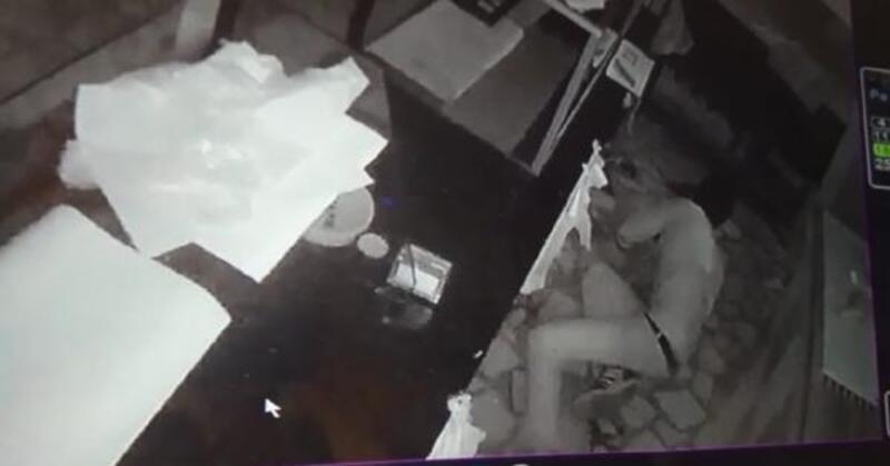 Sultangazi'de sürünerek hırsızlık yaparken kameraya yakalandı