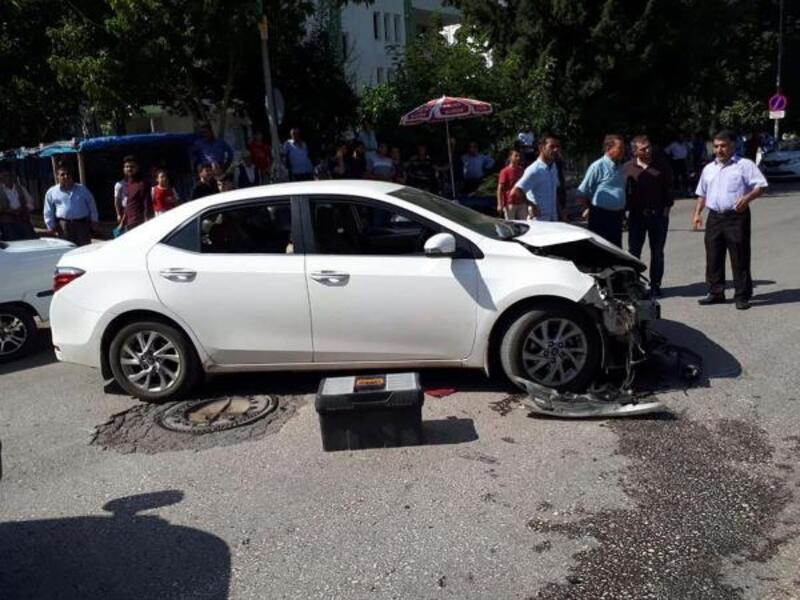 Motosiklet ve otomobil kavşakta çarpıştı:2 yaralı