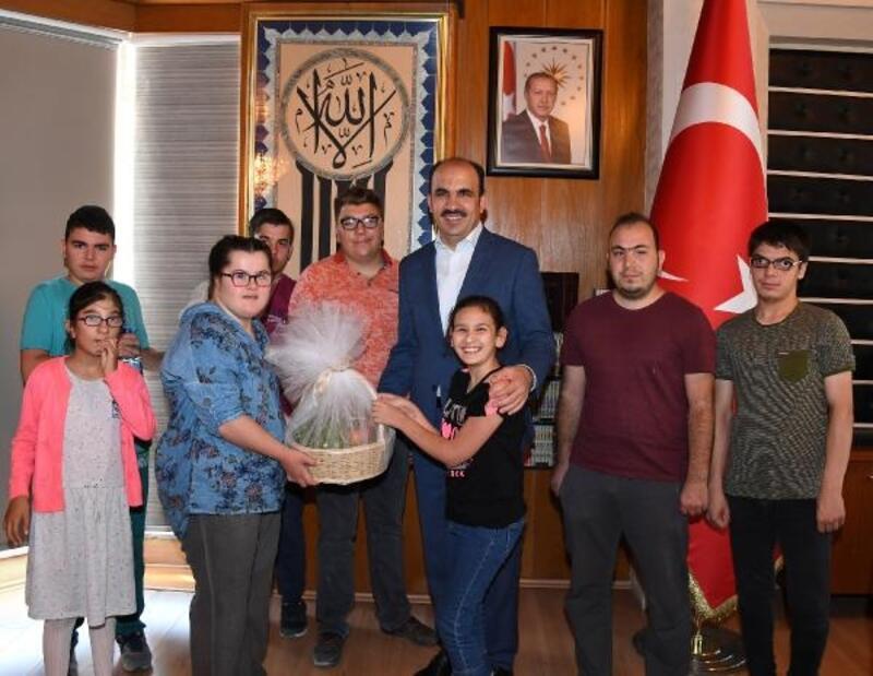 Özel öğrencilerden Konya Büyükşehir Belediye Başkanı'na ziyaret