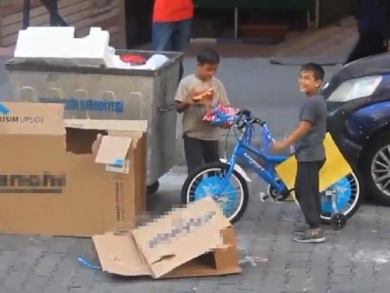 Kağıt toplayan kardeşlerin hayalindeki bisiklet, konteynerden çıktı