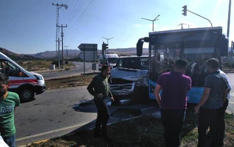 Halk otobüsü ile kamyonet çarpıştı: 2 yaralı