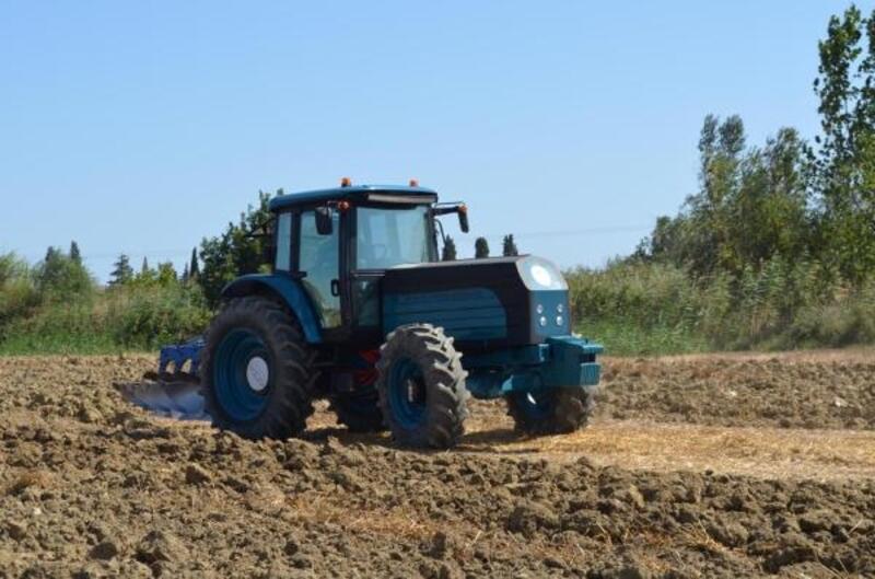 Türkiye'nin ilk yerli ve milli elektrikli traktörü tarlada