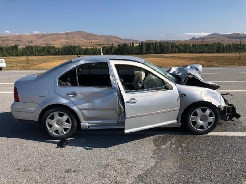 Sivas'ta otomobil ineğe çarptı: 4 yaralı