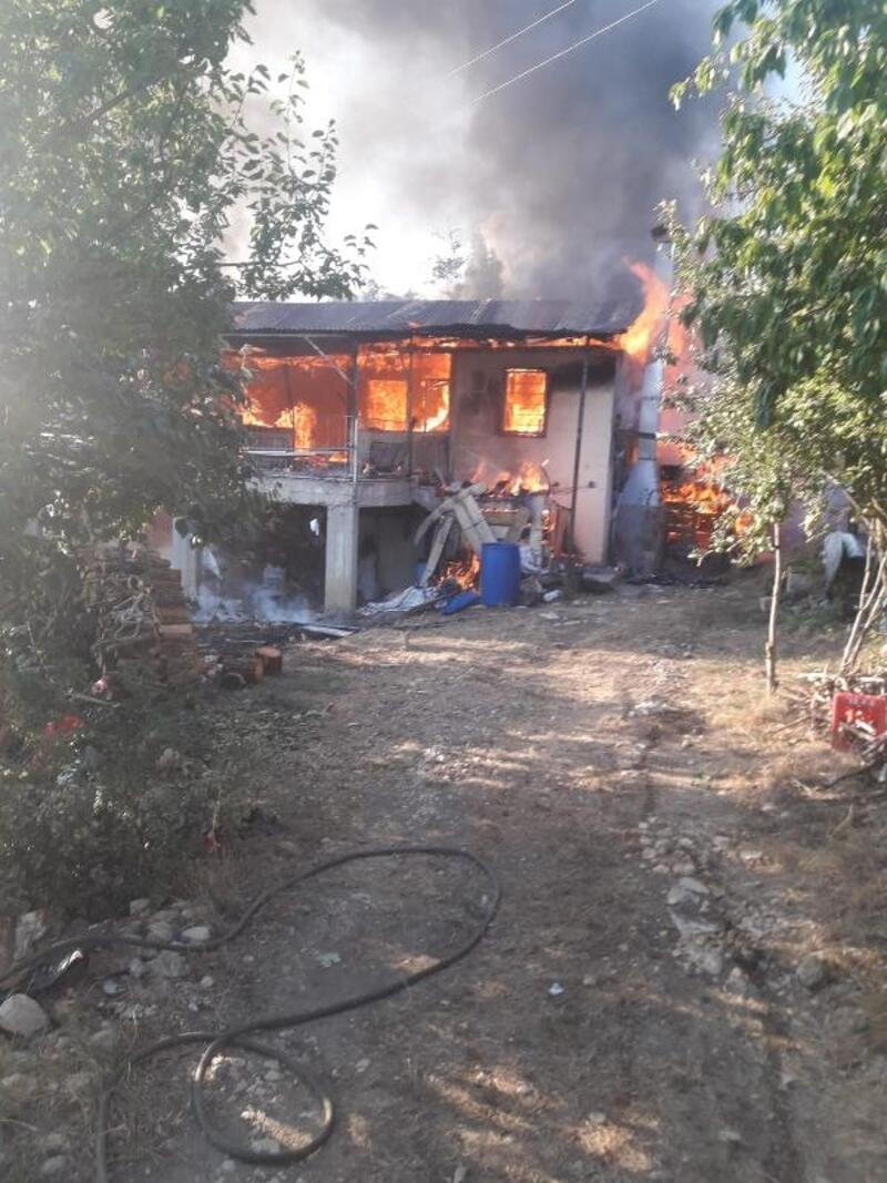 Yangın çıkan ev kullanılamaz hale geldi