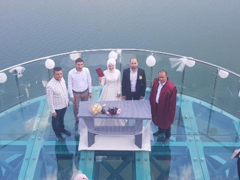 143 metre yüksekliğindeki cam terasta ilk nikah