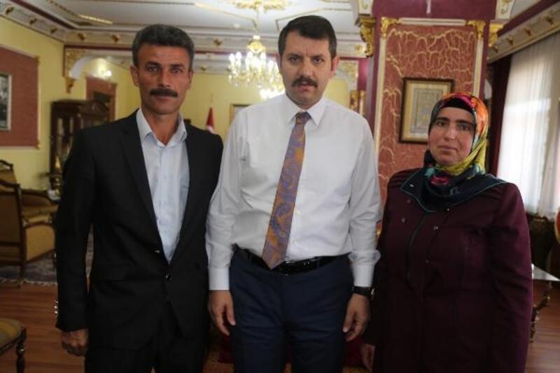 Vali Ayhan, halk gününde vatandaşların sorunlarını dinliyor