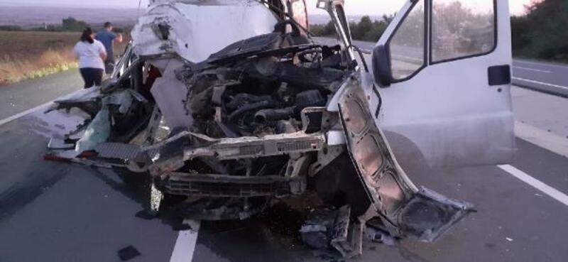 Kamyona arkadan çarpan minibüsün sürücüsü yaralandı