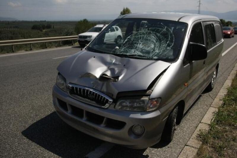 Arızalanan aracından inince minibüs çarptı