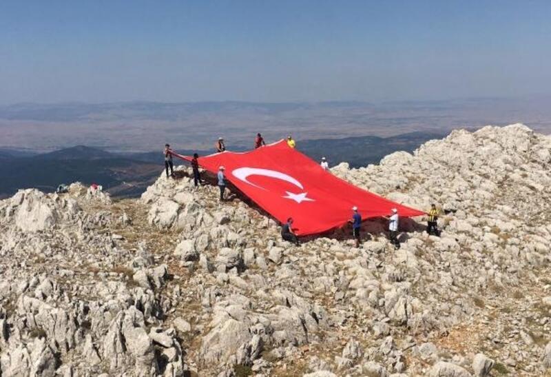 Zirveye 60 metrekarelik Türk bayrağı asıp, 30 Ağustos'u kutladılar