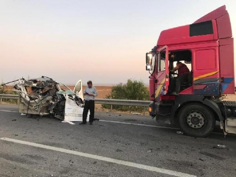 TIR'a çarpan hafif ticari aracın sürücüsü öldü