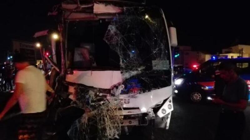 Yolcu otobüsü ve tur midibüsü çarpıştı: 13 yaralı