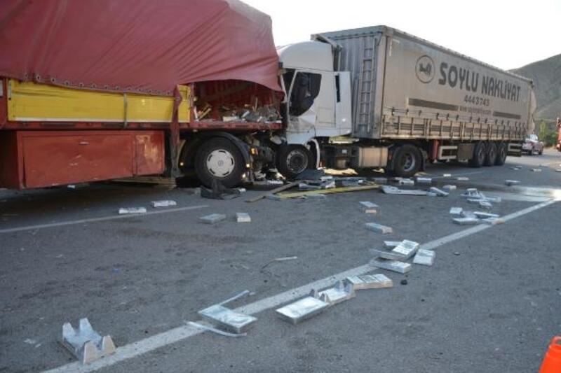 Sivas'ta 2 TIR'ın çarpıştı, sürücüler yaralandı