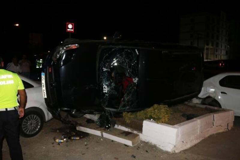 Kaçakları taşıyan araç, düğün salonunun otoparkına girdi: 14 yaralı