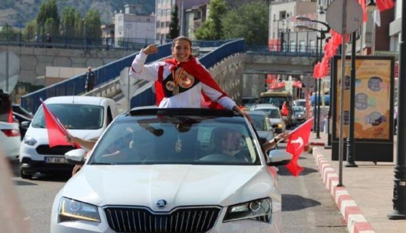 Avrupa Boks Şampiyonu Elif, memleketinde şehir turu attı