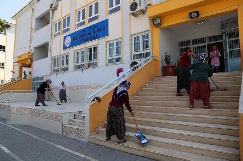 Yüreğir Belediyesi, okullarda temizlik ve tadilat çalışması başlattı