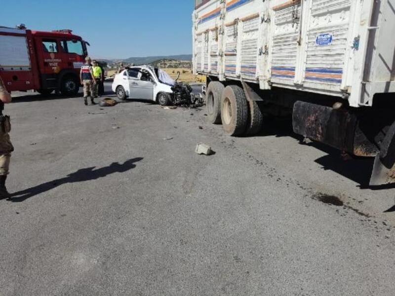 Otomobille kamyon çarpıştı: 1ölü