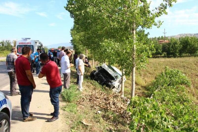 Hava almak için otomobilden inmişlerdi; Anne öldü, 2 kızı yaralandı