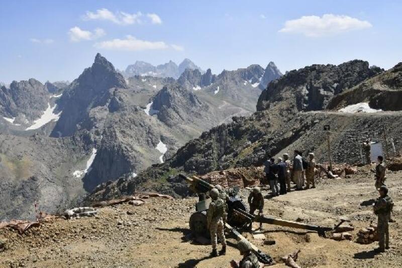 Hakkari Valisi'nden, terörden temizlenen dağlardaki güvenlik güçlerine ziyaret