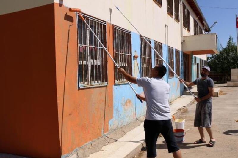 Müdür ve öğretmenler okulu boyadı