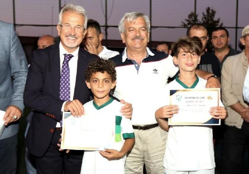 Akçalar'daki futbol okulunun sertifikalarını başkan Erdem verdi